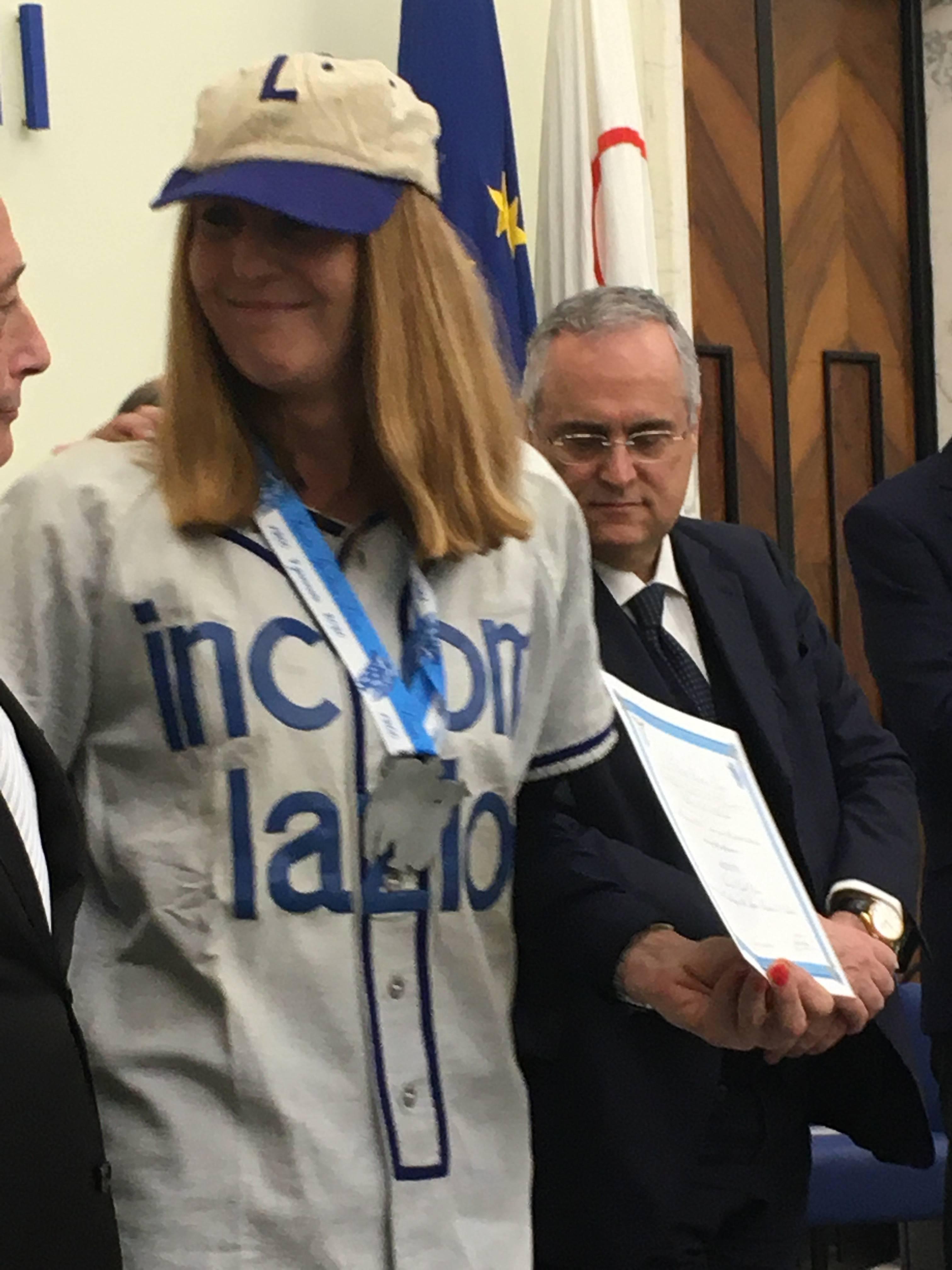 """Premiazione da parte del Presidente Lotito al campione di baseball Giulio Glorioso, ritirato dalla nipote con indosso la casacca del """"glorioso"""" giocatore."""